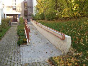 Zugang zum Wohngebäude mit baulicher Rampe