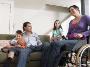Barrierefreiheit: glückliche Familie mit Frau im Rollstuhl