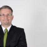 Presse: Franz Schweidler vor grauem Hintergrund